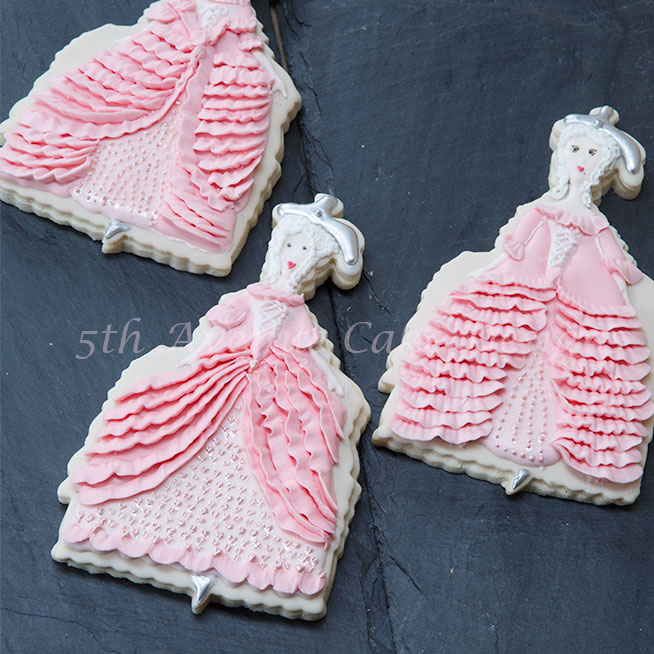 Learn how to pipe a beautiful Marie Antoinette cake and cookie